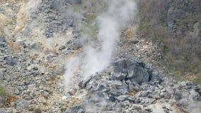 蒸出于地面,硫磺出气孔并且减少在地球内的压力 股票视频