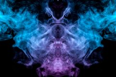 蒸发在黑背景的蓝色烟的神秘和神奇样式类似于在设计一个外籍人头和眼睛 库存例证
