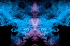 蒸发的vape烟的冷淡的样式在黑暗的背景的以一个霓虹蓝色和头的形式一个鬼的图象 图库摄影