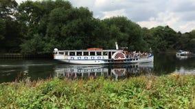蒸在泰晤士河,在泰晤士,萨里,英国的里士满的小船 股票录像