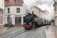 蒸在巴特多伯兰县,德国街道上的火车  图库摄影