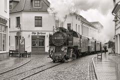 蒸在巴特多伯兰县,德国街道上的火车  库存图片