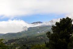 蒸气从小山上升 免版税库存照片