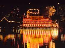 蒸汽小船装饰在晚上。 图库摄影