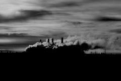 蒸汽引起的能源厂在晚上 库存图片