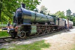 蒸汽机车和普式火车路轨无盖货车 免版税库存照片