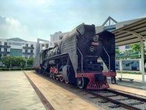 蒸汽机车在校园里 图库摄影