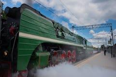 蒸汽机车的四个大红色驱动轮特写镜头  图库摄影
