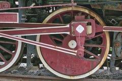 蒸汽机车的生锈的飞轮 免版税库存图片