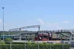 蒸汽机车-在驻地正方形的纪念碑 免版税库存照片