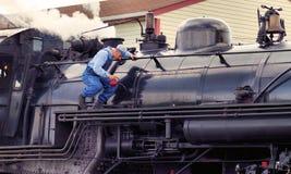蒸汽机车维护 免版税库存图片
