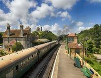 在Corfe城堡驻地的蒸汽火车 免版税库存照片