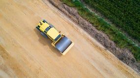 蒸汽路辗的空中照片在建造场所的 免版税图库摄影