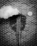 蒸汽逃脱的大厦在一冷的天 免版税库存照片