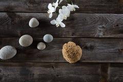 蒸汽浴与顶视图静物画,木背景的生活方式概念 免版税库存照片
