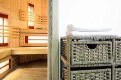 蒸汽浴地区在现代房子里 免版税库存图片