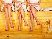 蒸汽浴的小小组女孩。 免版税库存图片