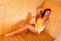 蒸汽浴的美丽的女孩 免版税库存照片