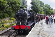 蒸火车在平台在Oxenhope火车站在基斯利和相当谷铁路价值 约克夏,英国,英国, 免版税库存照片