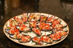 蒸的和冷却的淡菜板材用被切的葱和蕃茄 免版税图库摄影