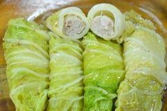 蒸的大白菜充塞了剁猪肉和印地安蘑菇在盘 库存图片