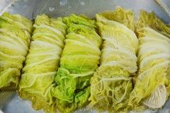 蒸的大白菜充塞了剁猪肉和印地安蘑菇在罐 免版税库存图片