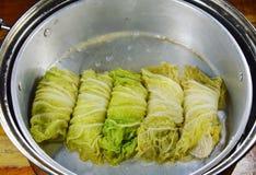 蒸的大白菜充塞了剁碎的猪肉和印地安蘑菇在罐 免版税图库摄影