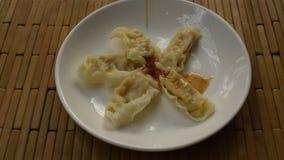 蒸的日本饺子或gyuza被充塞的剁碎的猪肉选矿酱油在板材 影视素材