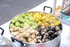 蒸的猪肉和螃蟹填装了出售Yaowarat市场的,曼谷,泰国粤式点心 免版税库存图片