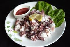 蒸的章鱼用红色调味汁 免版税库存照片
