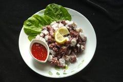 蒸的章鱼用红色调味汁 库存照片