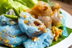 蒸的米皮肤饺子和珍珠粉球与猪肉装填。 库存图片