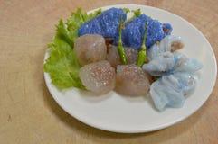 蒸的米皮肤饺子和珍珠粉球与猪肉装填 库存照片