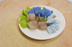 蒸的米皮肤饺子和珍珠粉球与猪肉装填 图库摄影