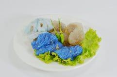 蒸的米皮肤饺子和珍珠粉球与猪肉装填 免版税库存照片