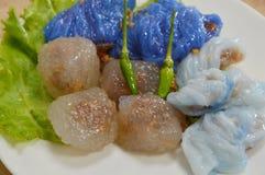 蒸的米皮肤饺子和珍珠粉球与猪肉装填 免版税图库摄影