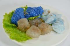 蒸的米皮肤饺子和珍珠粉球与猪肉装填 免版税库存图片