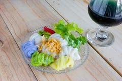蒸的米皮肤饺子,在木背景的泰国点心 库存图片