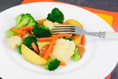 蒸的菜土豆,红萝卜,花椰菜,硬花甘蓝 库存照片