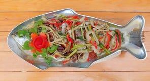 蒸的雪鱼用辣柠檬调味汁,鲜美泰国食物 库存图片