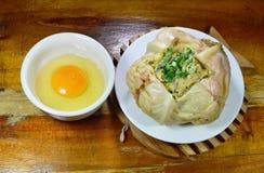 蒸的鸡蛋用在圆白菜和卵黄质的蘑菇在杯子 库存图片