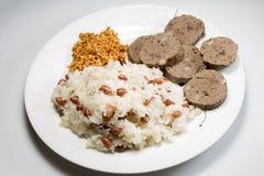 蒸的黏米饭用在白色背景的花生 免版税库存图片