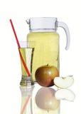 蒸馏瓶和一杯萍果汁,苹果 库存照片