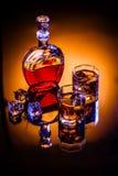 蒸馏瓶和两块玻璃用威士忌酒和冰 免版税库存照片