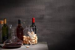 蒸馏瓶和玻璃用红葡萄酒在桌上 免版税库存照片