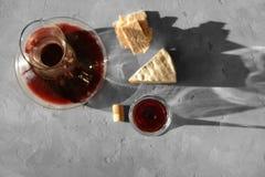 蒸馏瓶和玻璃用红葡萄酒 图库摄影