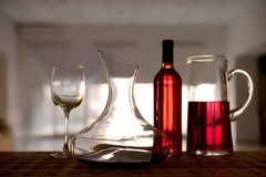 蒸馏瓶玻璃红葡萄酒 免版税库存照片