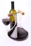 蒸馏瓶瓶和玻璃有红葡萄酒顶视图。 免版税库存照片