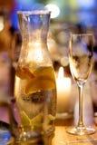 蒸馏瓶用柠檬水和玻璃 库存照片