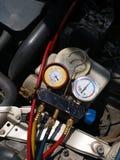 蓄冷剂空气压缩机的压力表测量液体汽车气压的汽车的 免版税库存图片